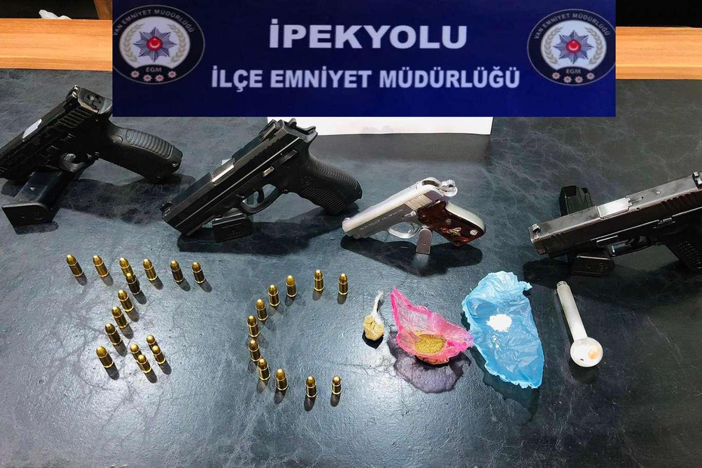 Van'da Yapılan Şok Aramada 4 Adet Tabanca Ve Uyuşturucu Yakalandı