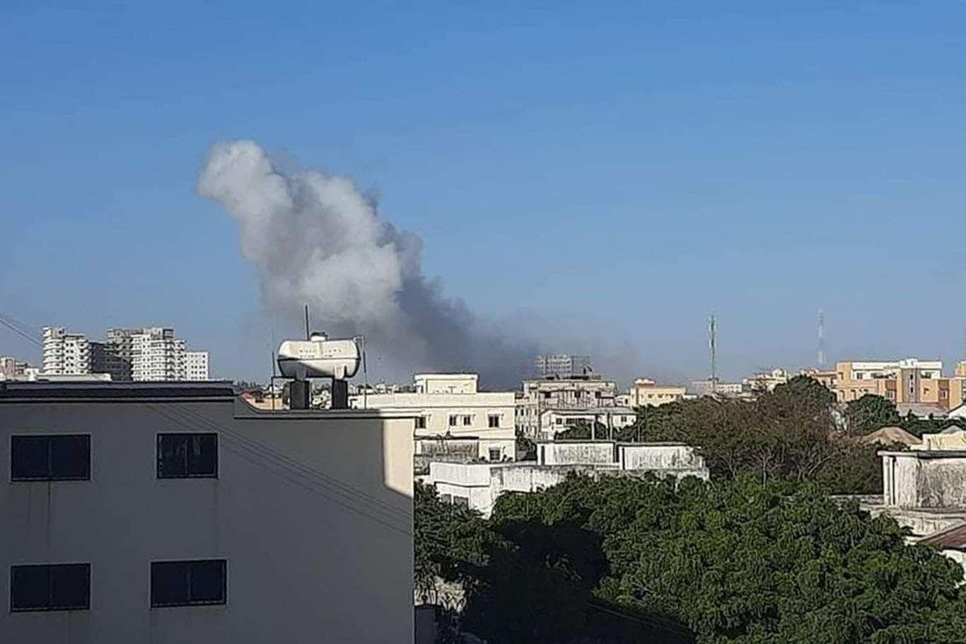 Mogadişu'da Şiddetli Patlama ve Silah Sesleri