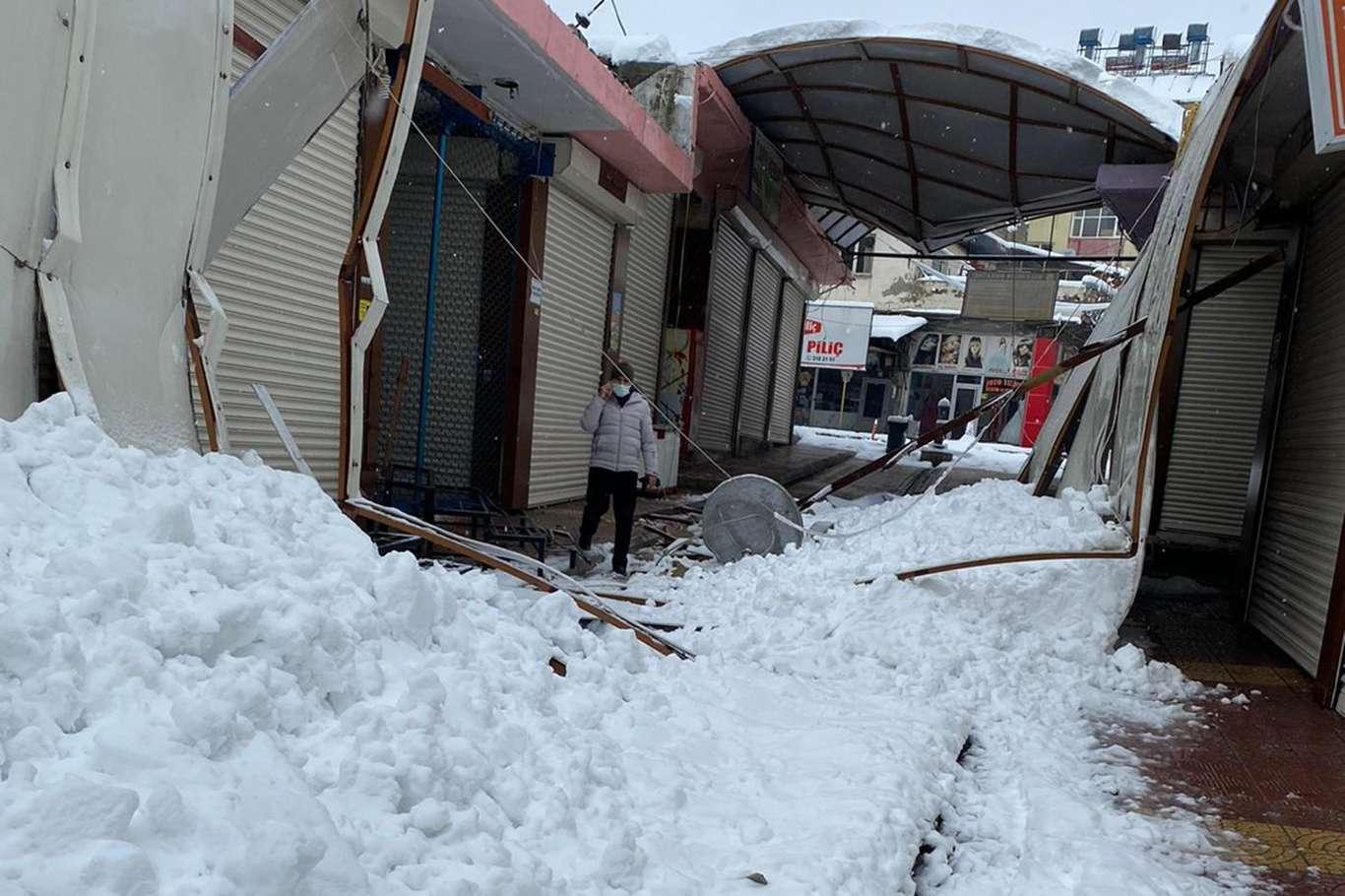 Yoğun Kar Yağışı Sebebiyle İş Yerlerinin Çatıları Çöktü