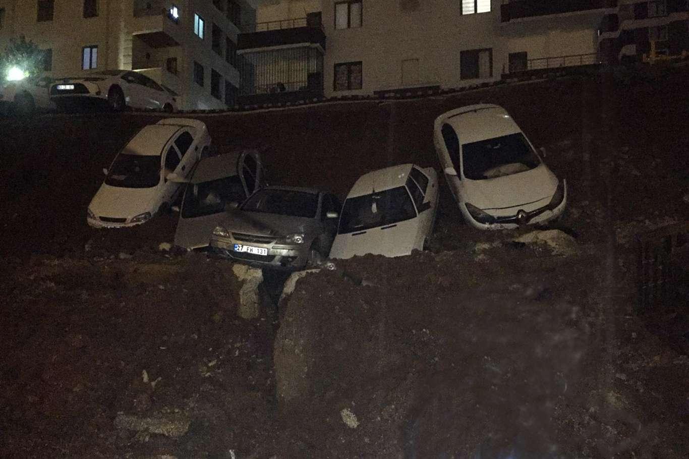 Şanlıurfa'da İstinat Duvarı Yıkıldı 6 Araç Maddi Zarar Gördü