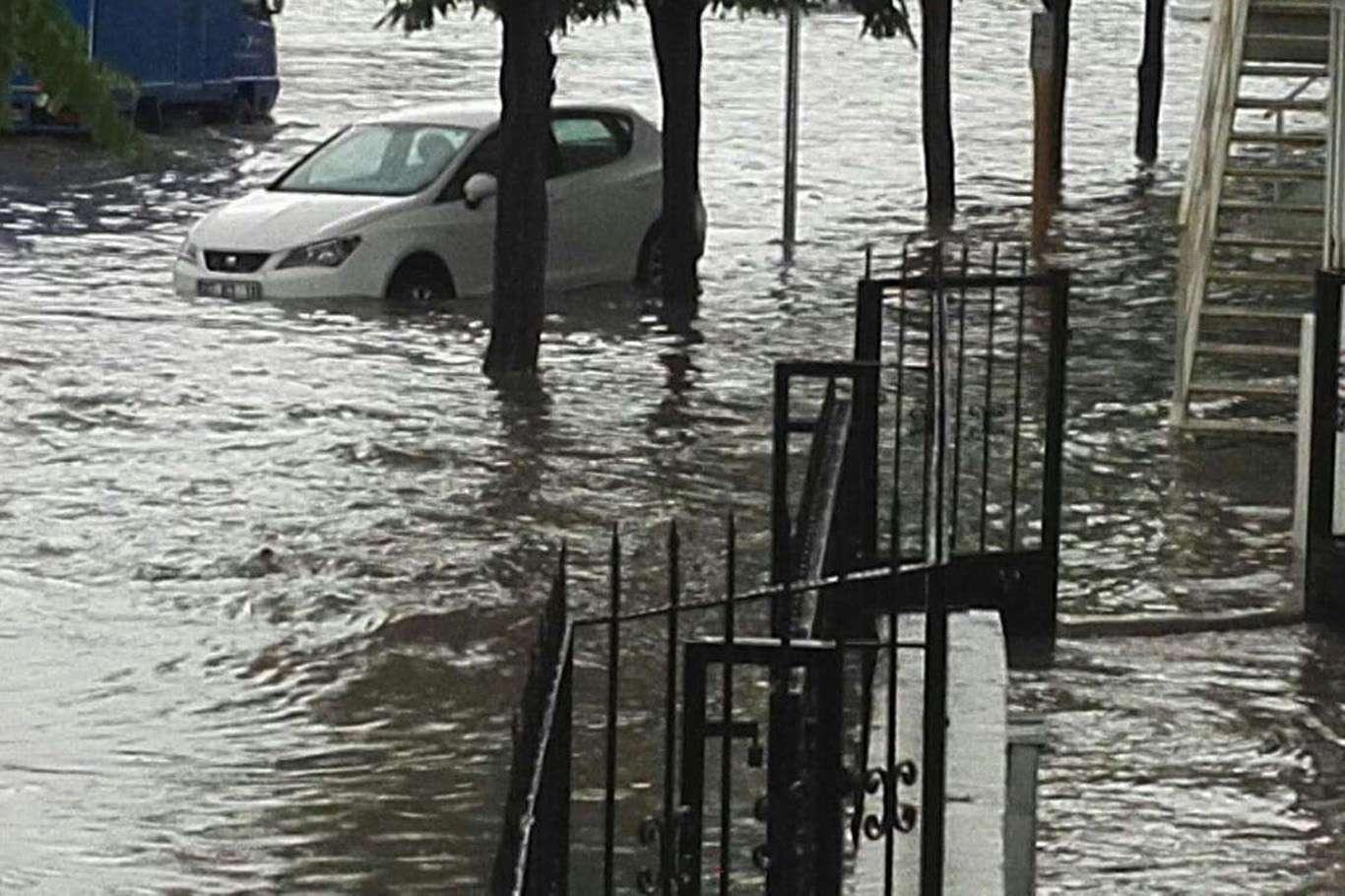 İzmir'de Şiddetli Yağışlar Sonucu Su Baskınlarına Sebep Oldu