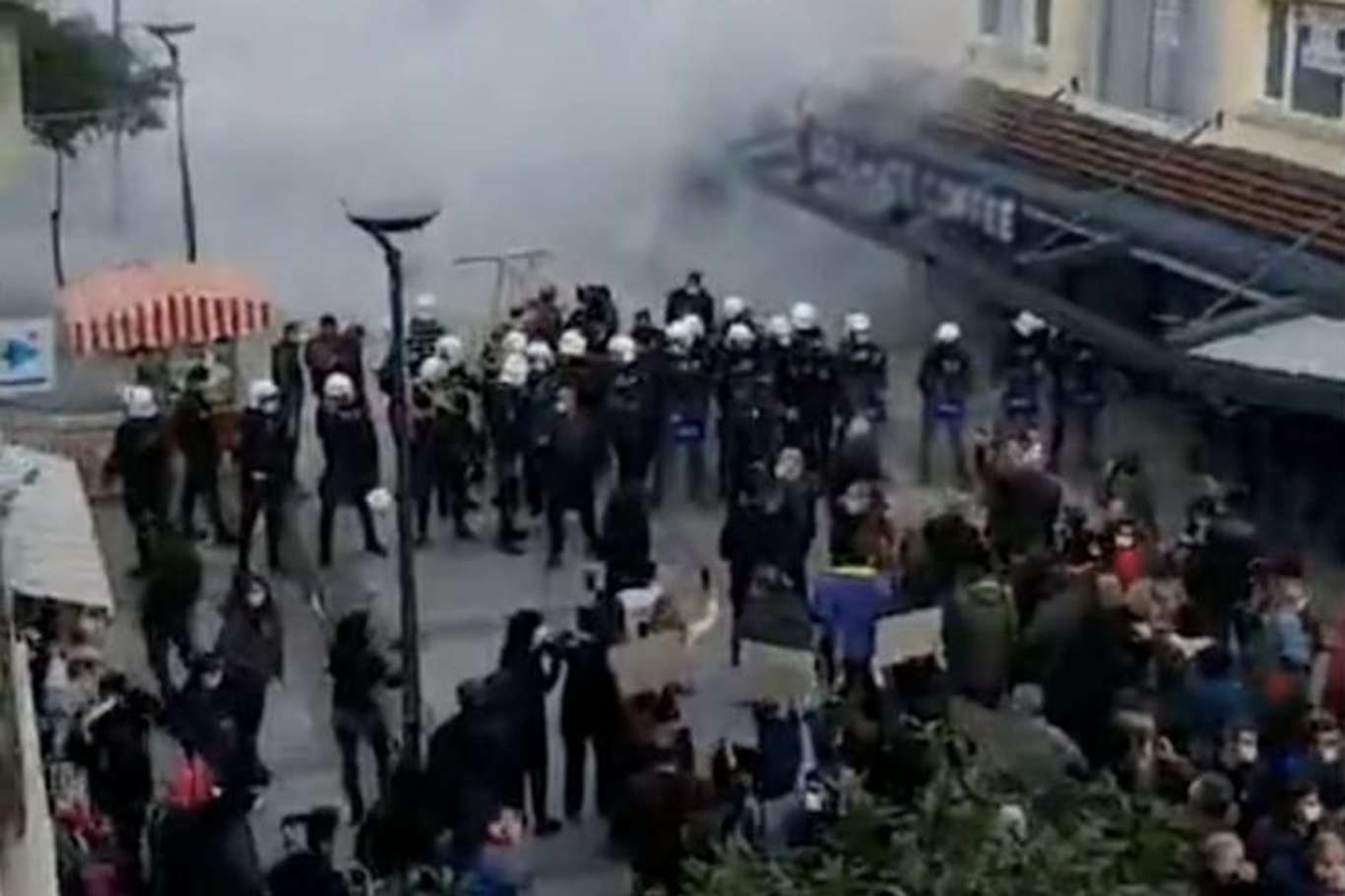 İzmir'de İzinsiz Gösteri Düzenleyen 51 Kişi Gözaltına Alındı
