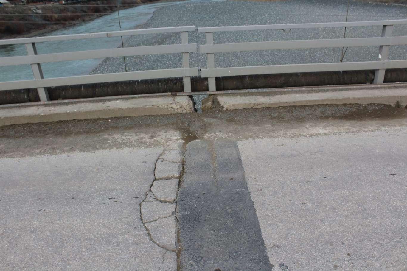 Palu Köprüsü'nde Halkı Korkutan Çatlaklar Oluştu