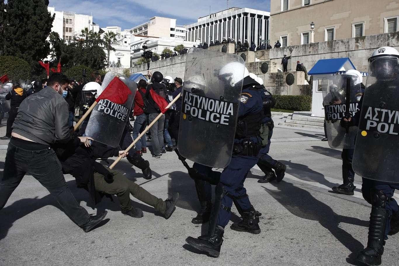 Yunanistan'da Öğrenciler Sokağa İndi