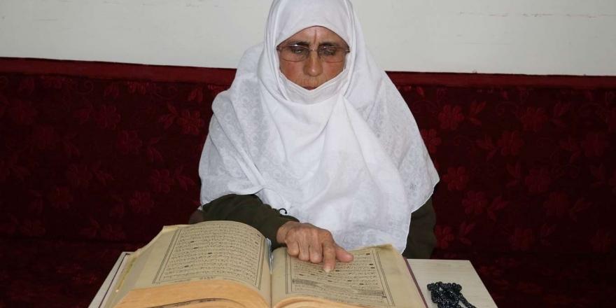 84 Yaşındaki Hamide Ninenin Kur'an-ı Kerim Aşkı İmrendiriyor