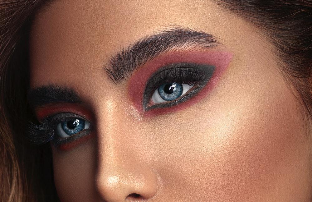 Mor Göz Makyajı Nasıl Yapılır?