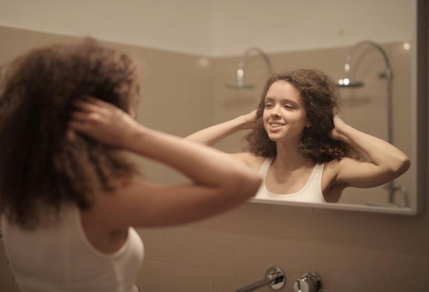 Saçlarda Kepek Oluşumu Sebepleri Nelerdir ve Nasıl Engellenir?