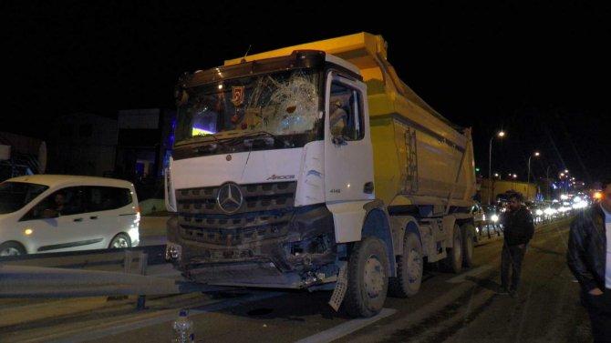 Kamyon ve Binek Araçların Karıştığı Kazada 2 Kişi Yaralandı