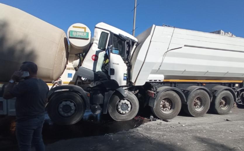 Tıra Arkadan Çarpan Beton Mikseri Şoförü Ağır Yaralandı
