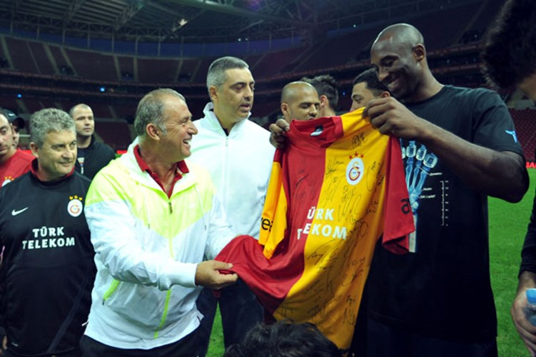 Kobe Bryant İmzalı Galatasaray Forması 1 Milyon 200 Bin TL'den Satışta
