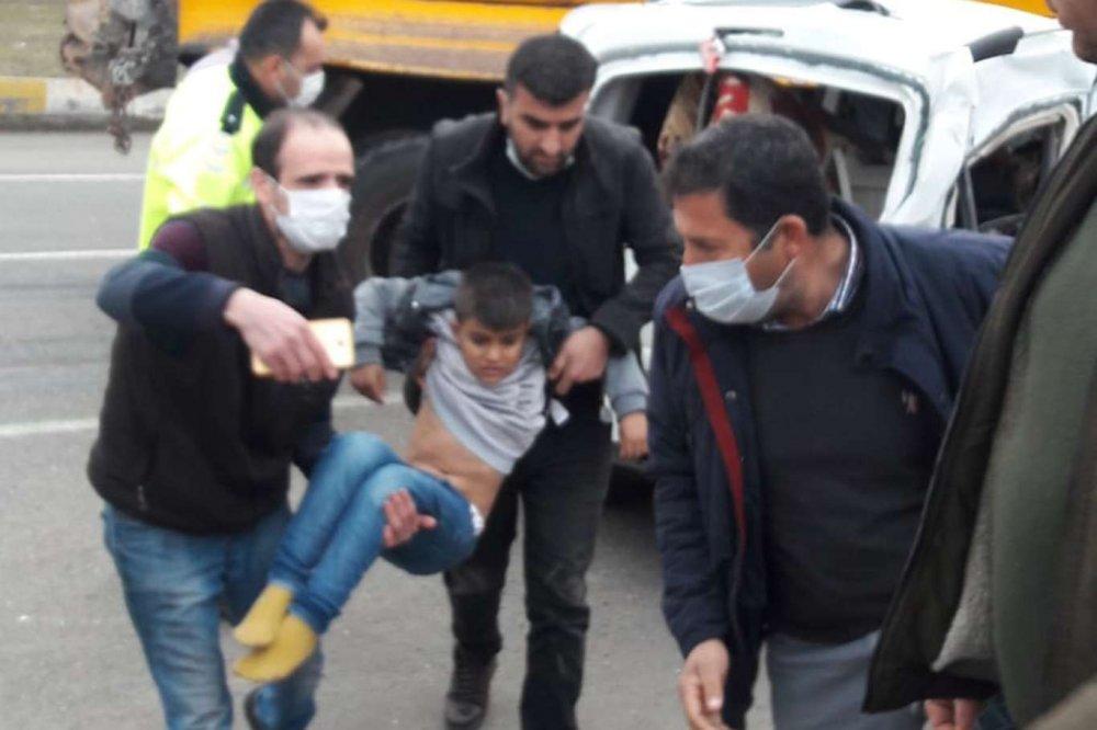 Kamyon İle Taksi Çarpıştı: 5 Vatandaş Yaralandı