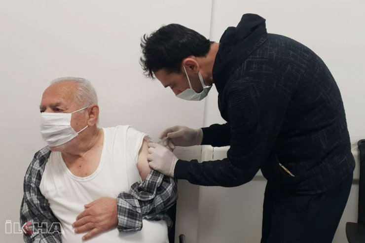 Sağlık Çalışanları Ve 70-75 Yaş Arası İçin İkinci Doz Aşılama Başladı