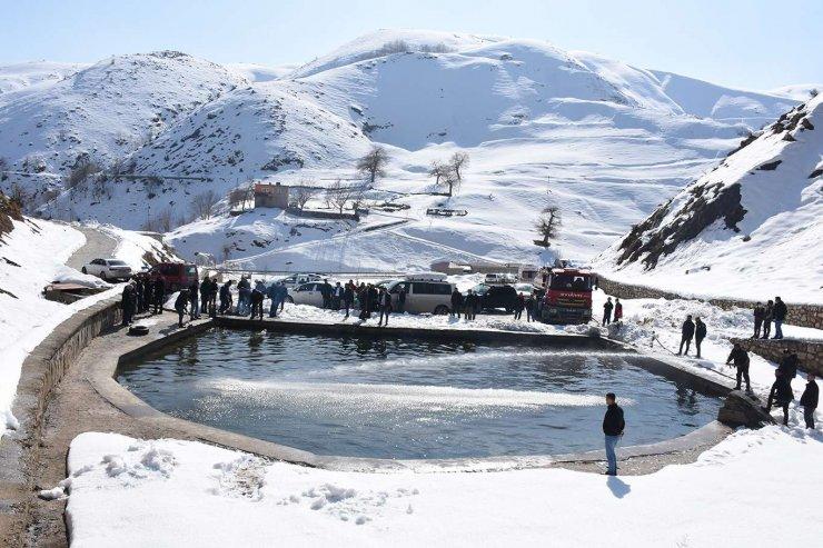 Eksi 20 Derecedeki Soğuk Suya Girerek Karın Üzerinde Güneşlendiler